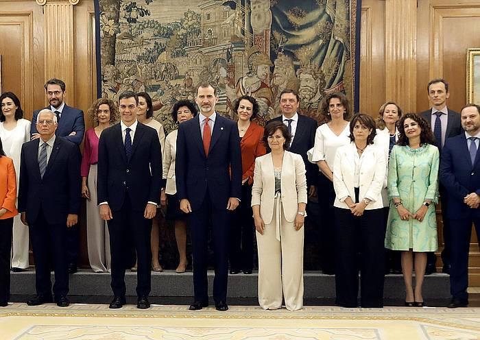 Pedro Sanchezen gobernua osatzen duten ministroak, presidentearekin eta Felipe Borboikoarekin, kargua hartu ondoren. /