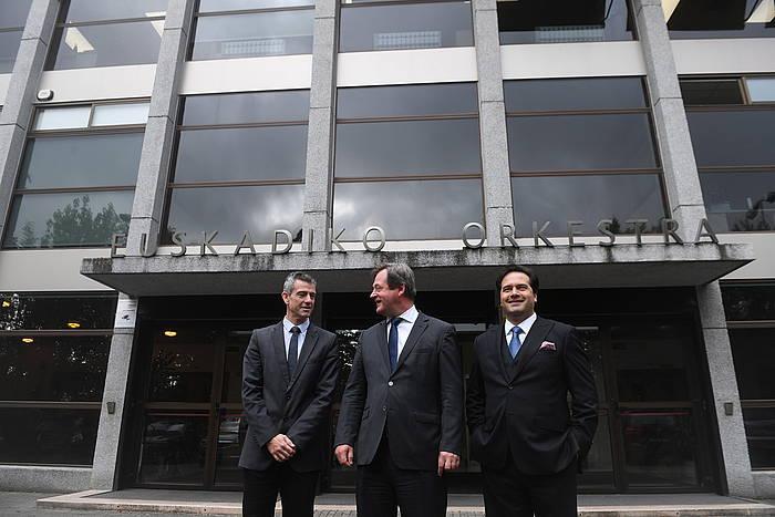 Oriol Roch, Bingen Zupiria eta Robert Treviño, Donostian, EOSen egoitza atarian.