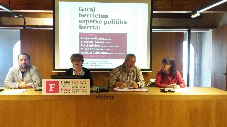 Foro Sozialeko kideak, gaur, Iruñean. ©