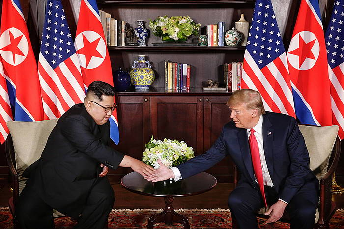 Kim Jong-un Ipar Koreako presidentea eta Donald Trump AEBetako presidentea, elkarri bostekoa ematen, gaur egin duten bileran. /