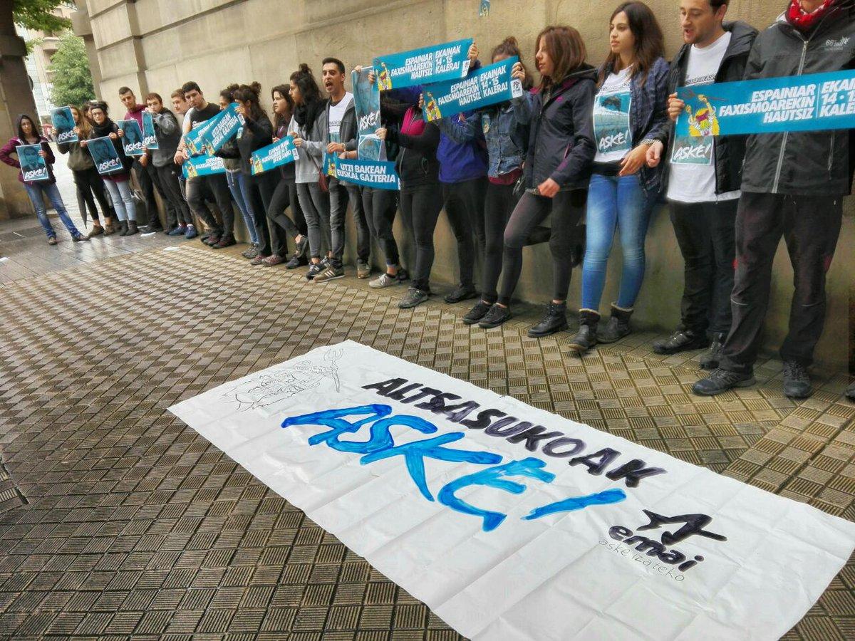 Ernaiko gazte talde bat, Espainiako Gobernuak Iruñean duen ordezkaritzaren parean protestan. / ©Ernai