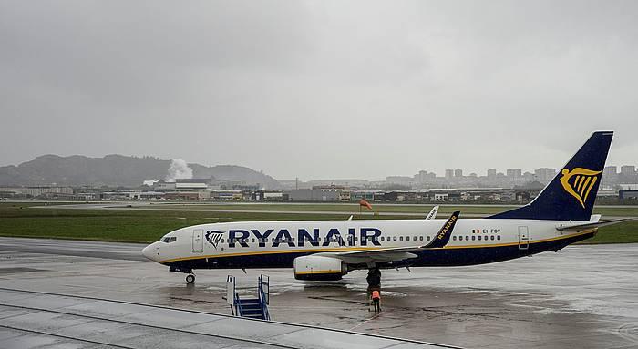Ryanair konpainiako hegazkin bat, Santanderreko (Espainia) aireportuan. / ©Roman G. Aguilera, EFE