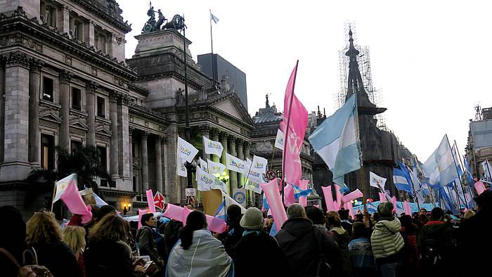 Abortoa despenalizatzearen aldeko protesta, gaur, Argentinako Diputatu Ganberaren aurrean, Buenos Airesen. /