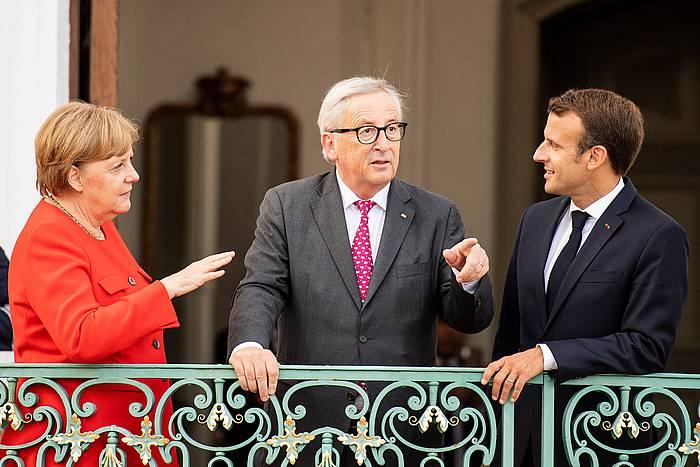 Angela Merkel Alemaniako katzilerra, Jean Claude Juncker Europako Batzordeko presidentea eta Emmanuel Macron Frantziako presidentea, atzo, Mesebergen (Alemania) egin zuten bileran. /