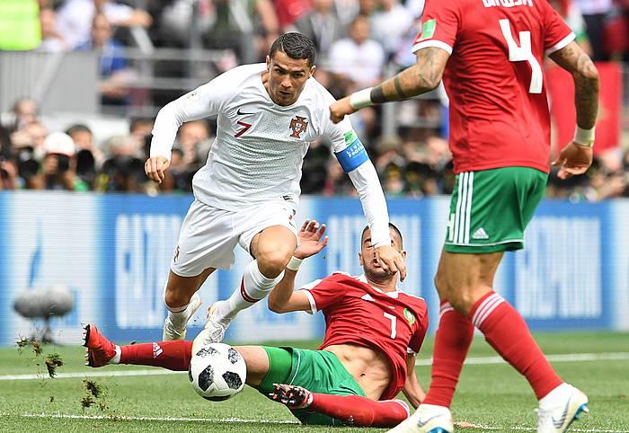 Cristiano Ronaldo aurrelari potugaldarra, baloiarekin, Hakim Ziyach jokalari marokoarraren sarrera sahiestu nahian, gaurko neurketan. /