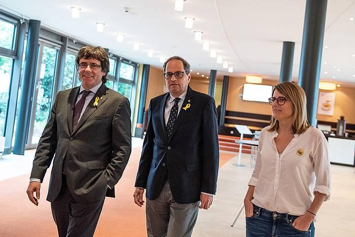 Carles Puigdemont Kataluniako presidente ohia, Quim Torra Kataluniako presidentea eta Elsa Artadi Generalitateko bozeramailea, atzo, Berlinen egin zuten bileran. / ©Markus Heine, EFE