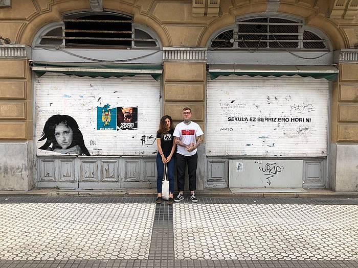 Izaro eta Balu, horma irudiarekin, Donostian ©BALU
