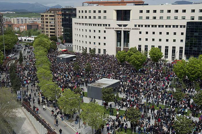 Auzitegiak epaia atera zuen egunean, protesta egin zuen jendetzak auzitegiaren aurrean.