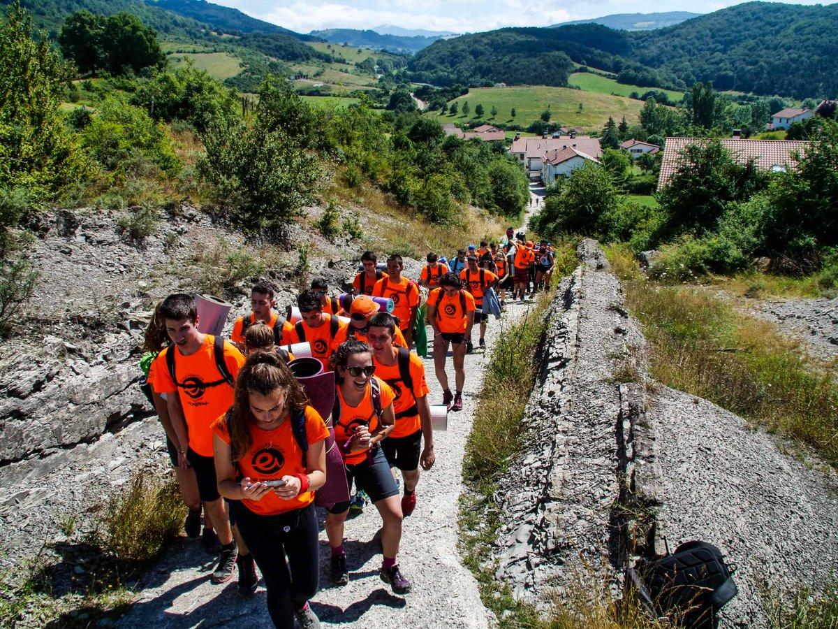 Espedizioko gazteak Zubirira bidean.