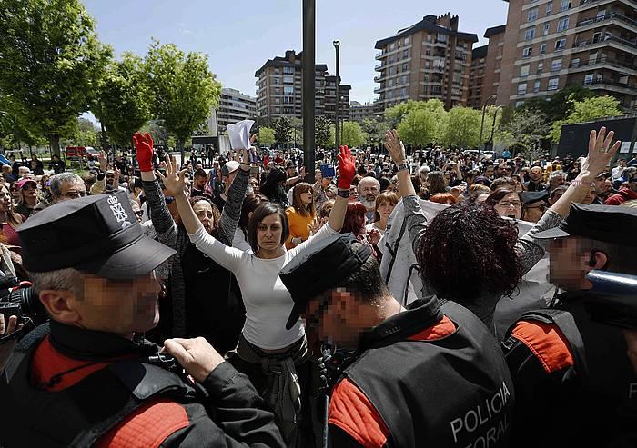Hainbat emakume Iruñeko Justizia jauregiaren aurrean protestan./
