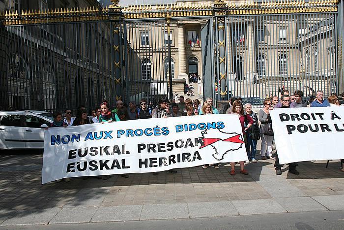Euskal presoak Euskal Herrira ekartzearen aldeko bilkura bat, Parisen. /