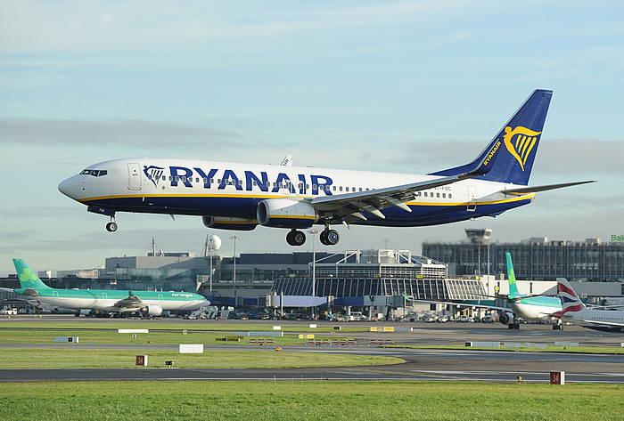 Ryanair konpainiako Boeing 737 hegazkin bat, Dubilngo aireportuan lurreratzen. /