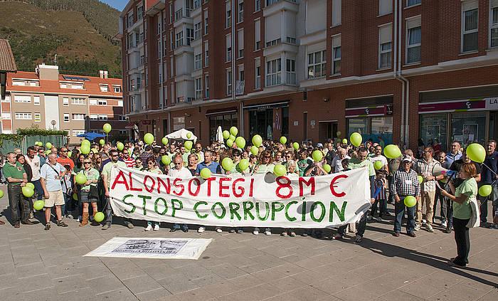 Alonsotegiko herritarrek ustelkeriaren aurka egindako protesta, 2016ko otsailean. /
