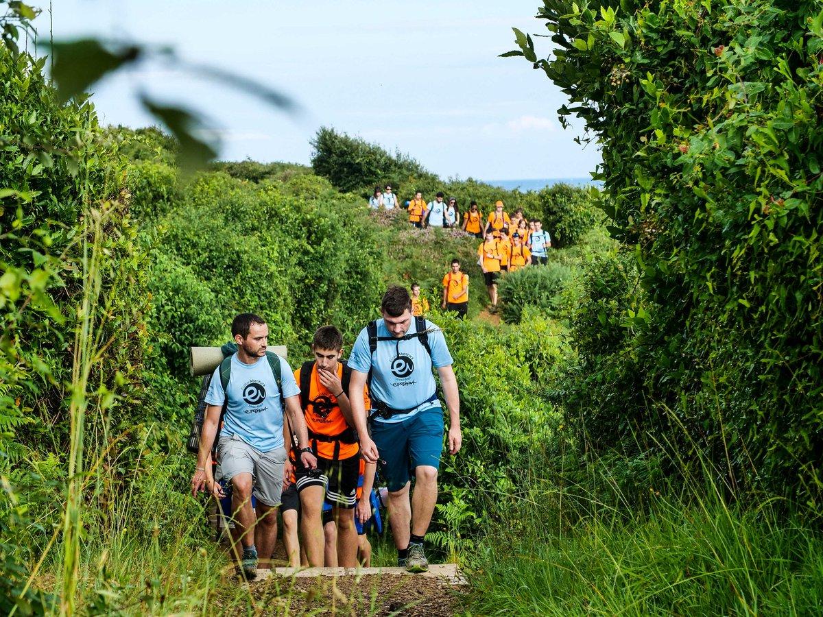 Espedizioko kideak Donibane-Lohitzunera bidean./ ©Euskarabentura