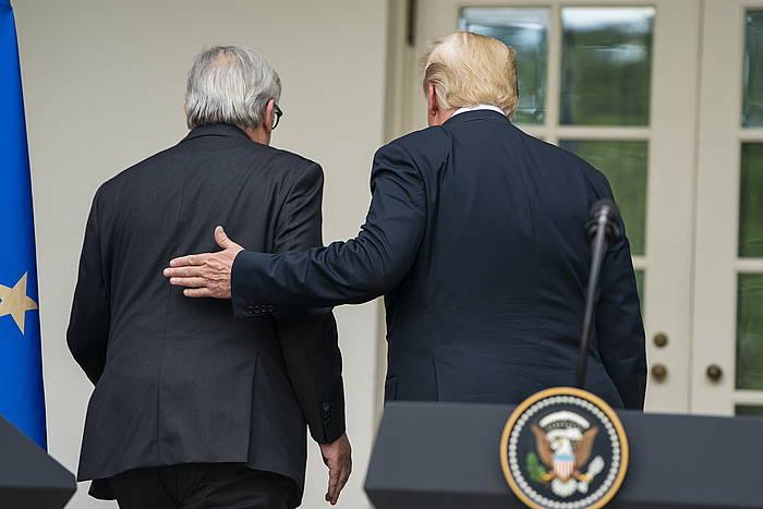 Juncker eta Trump, Etxe Zuriaren atarian, agerraldia egin ostean. /