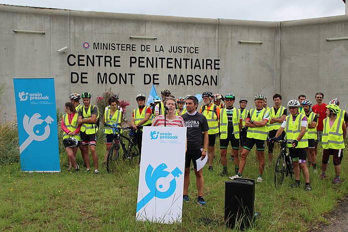 'Orain presoak' ekimeneko kideak Mont-de-Marsaneko espetxe atarian. / ©BERRIA