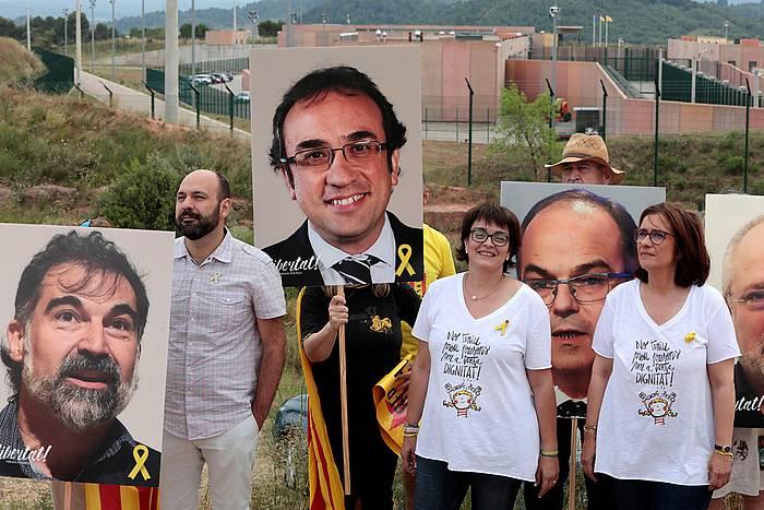 Politikari independentisten askatasuna eskatzeko protesta baten irudia.