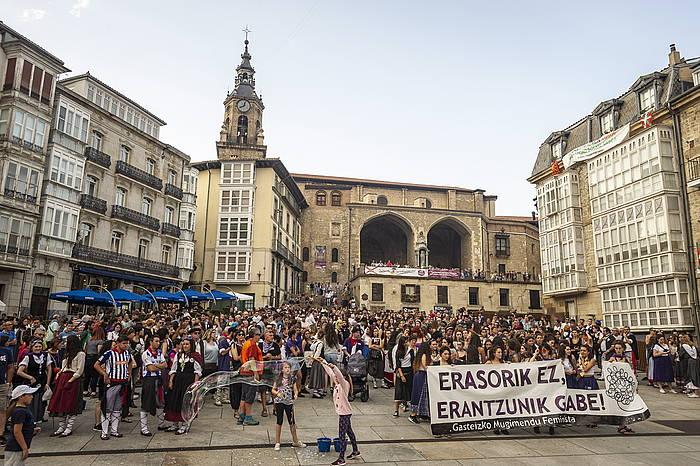 Asteartean manifestazio jendetsua egin zuten Gasteizen, indarkera matxistaren aurka, hiriko mugimendu feministak deituta. /
