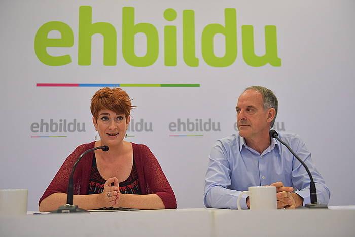 Bakartxo Ruiz eta Adolfo Araiz EH Bilduko parlamentariak, gaur, Iruñean egin duten agerraldian. /