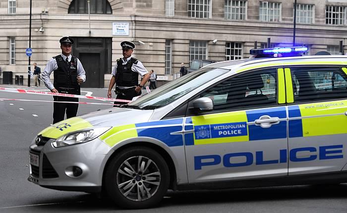 Parlamentuaren inguruak itxi ditu poliziak segurtasun neurri gisa./