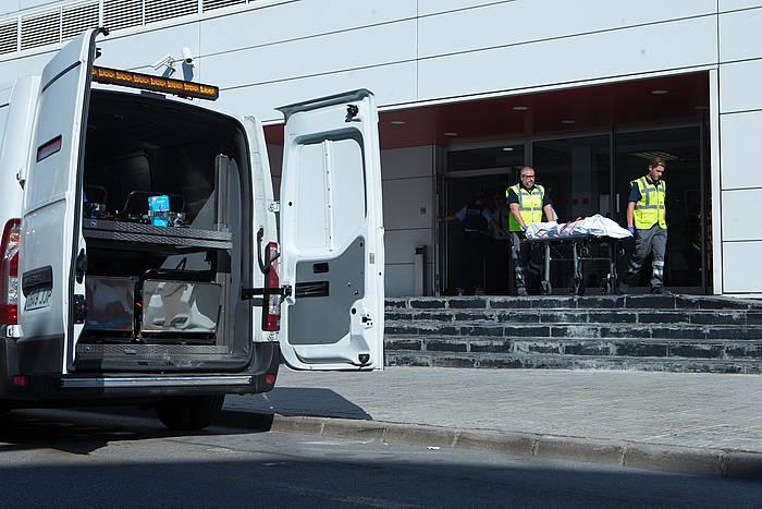 Epaitegiko langileak, Taiben gorpua Cornellako polizia etxetik ateratzen, atzo. / ©Enric Fontcuberta, EFE