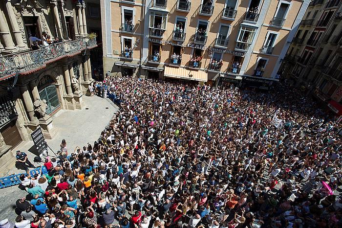 Iruñeko udaletxeko plaza jendez lepo Amaia Romeroren kontzertua ikusteko./ ©Iñaki Porto, EFE