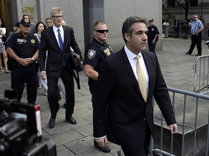 Michael Cohen abokatu ohia, auzitegietatik irteten, New Yorken. /
