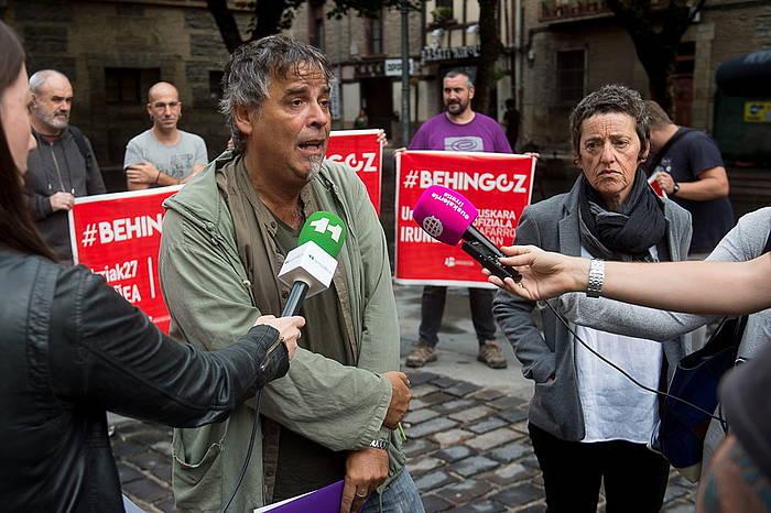 Kontseiluko idazkari nagusi Paul Bilbao eta Behatokik buru Garbiñe Petriati, euskalgintzako beste hainbat ordezkarik lagundua, gaurko agerraldian.