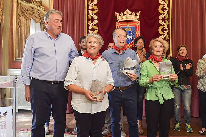 Joseba Asiron alkatea, Iruñeko zapia jaso dutenekin: Elisa Sesma, Pablo Sanchez-Valverde eta Mari Cruz Landa ginekologoak