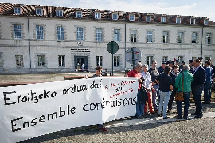 Euskal Elkargoaren alde atera plataformak egindako protesta bat, 2016ko azaroan, Baionan