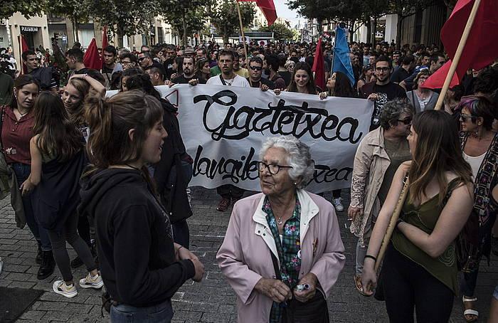Josefina Lamberto, 1938an falangistek hildako Maravillas Lambertoren ahizpa, gaztexearen aldeko manifestazioan.