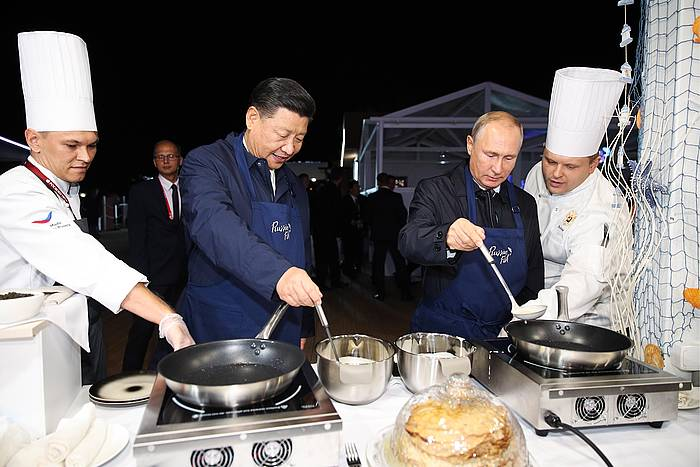 Xi Jinping Txinako presidentea eta Vladimir Putin Errusiakoa, gaur, krepeak kozinatzen. ©TASS / EFE