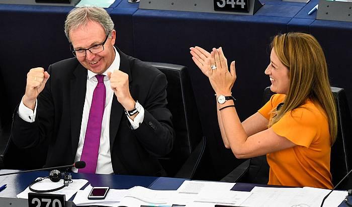 Axel Voss Alemaniako parlamentari popularra, hark aurkeztutako lege proposamenaren garaipena ospatzen. ©Patrick Seeger / EFE
