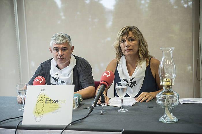 Urtzi Errazkin eta Patricia Velez Etxerat elkarteko bozeramaileak, gaur, Donostian egin duten agerraldian. / ©Gorka Rubio, Foku