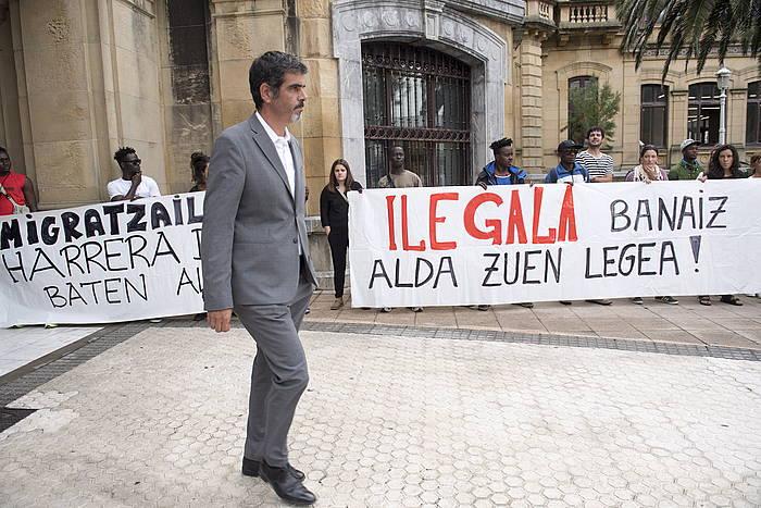 Eneko Goia Donostiako alkatea, udaletxetik ateratzen, protestaren unean.