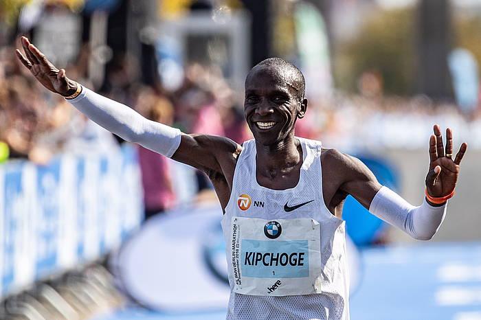 Kipchoge, Berlingo maratoi probaren helmugan, munduko marka berria ezarri duen unean. / ©Hayoung Jeon, EFE