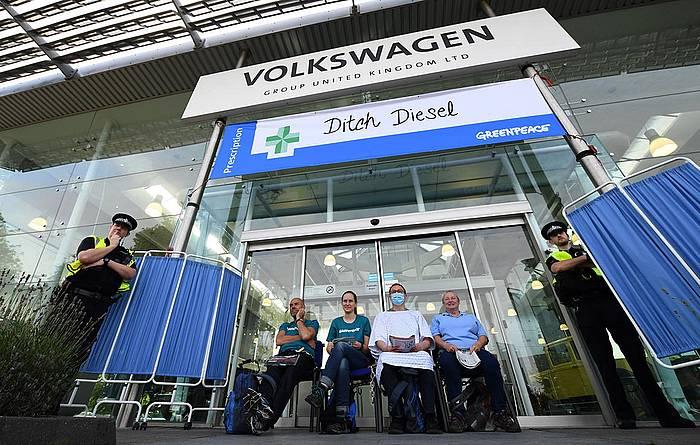 Greenpeacen protesta bat Volkswagenen fabrika batean, Ingalaterran, diesel motorren kutsaduraren aurka.