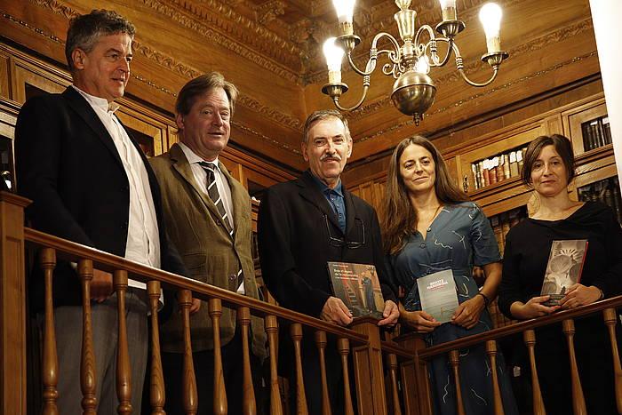 Euskadi Literatur sariak jakinazteko ekitaldian, ezkerretik, Joxean Muñoz, Bingen Zupiria, Santos Zunzunegi, Eider Rodriguez eta Yolanda Mosquera. /