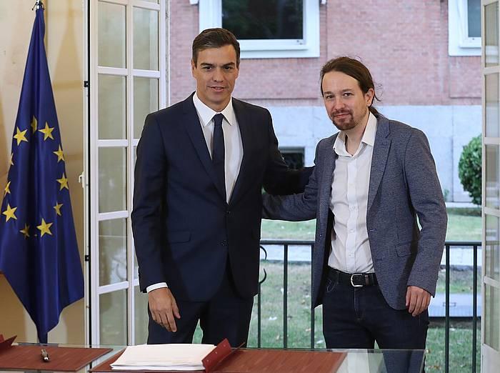 Pedro Sanchez Espainiako presidentea eta Pablo Iglesias Podemoseko idazkari nagusia, gaur, Moncloa jauregian, Espainiako aurrekontuetarako akordioa sinatzen. /