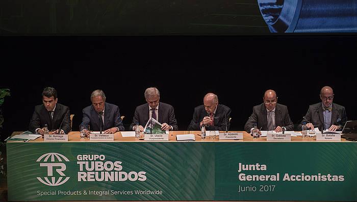 Guillermo Ulazia (hirugarrena, ezkerretik), Tubos Reunidosen akziodunen batzar batean.-