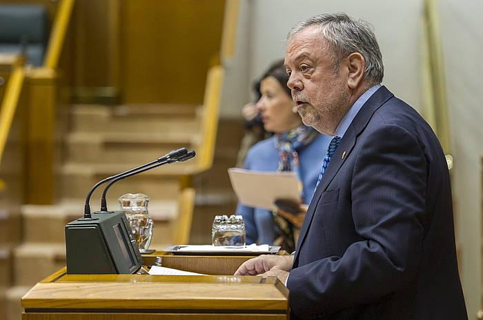 Pedro Azpiazu Eusko Jaurlaritzako Ogasun sailburua, legebiltzarreko osoko bilkura batean.