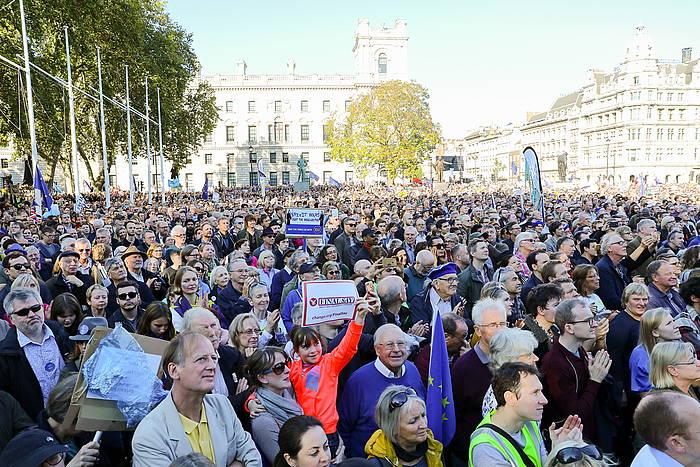 Manifestariak Erresuma Batuko Parlamentuaren aurrean, gaur, Londresen.