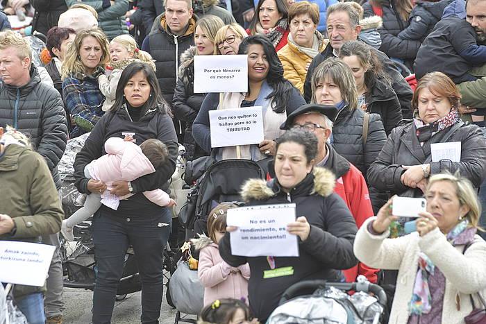 Larunbatean ama talde batek manifestazioa egin zuen Iruñean, atxikipenen itzulketa eskatzeko.