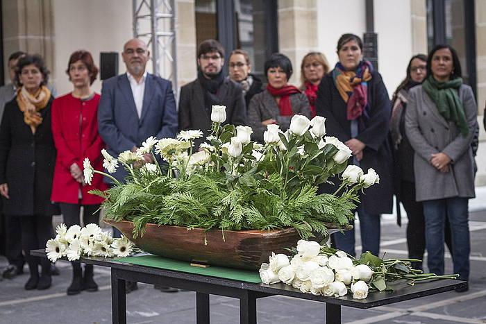 Eusko Jaurlaritzako eta Eusko Legebiltzarreko ordezkariak, Memoriaren Eguneko ekitaldian, legebiltzarraren atarian.