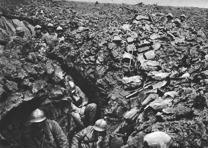 Frantziako armadako soldaduak Verdungo batailan, lubaki batean babestuta. /