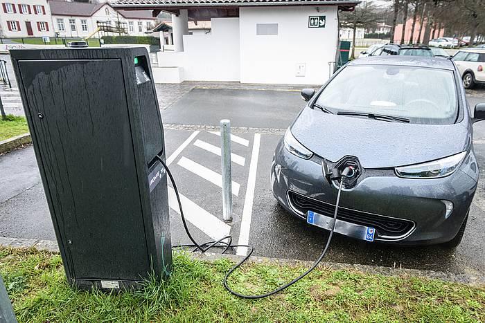 Auto elektriko bat, kargatzen. / ©Isabelle Miquelestorena