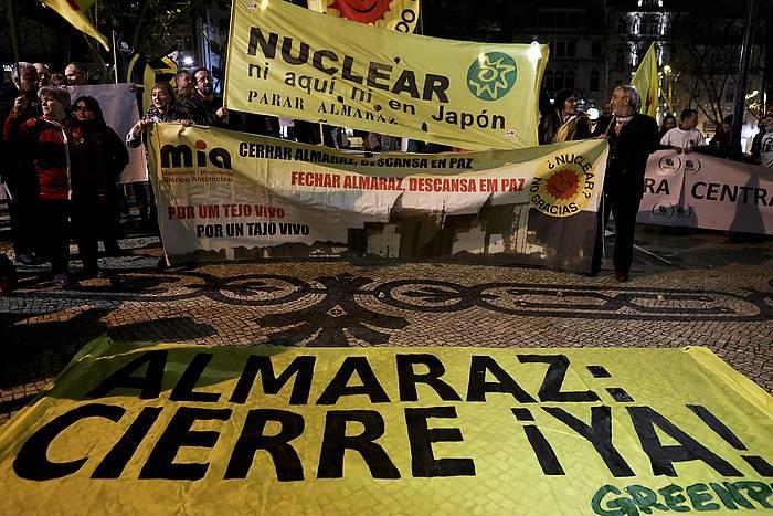 Zentral nuklearren aurkako protesta bat, Espainiak Lisboan duen enbaxadaren aurrean. / ©Miguel A. Lopes, EFE