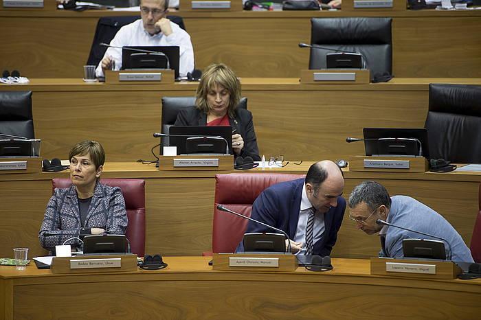 Uxue Barkos, Manu Ayerdi eta Miguel Laparra, atzo, parlamentuan.