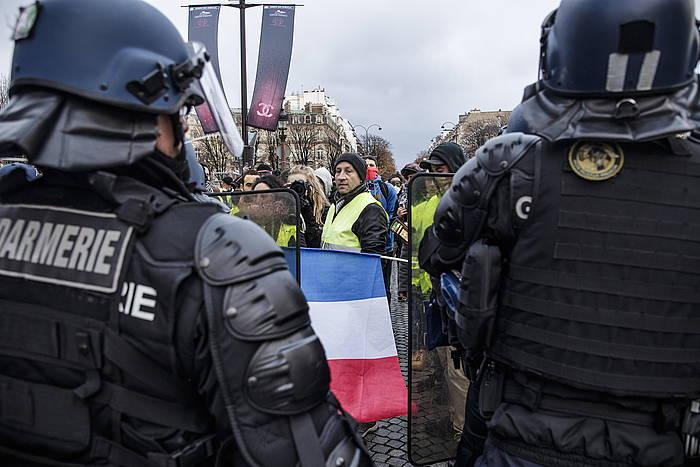 Frantziako Polizia eta Jaka Horien mugimenduko kideak, aurrez aurre. / ©Christophe Petit Tesson, EFE