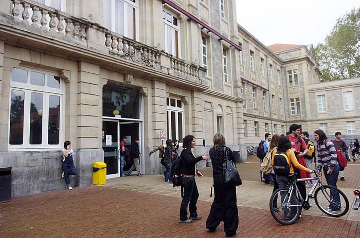 Gasteizko campuseko liburutegia, artxiboko irudian.